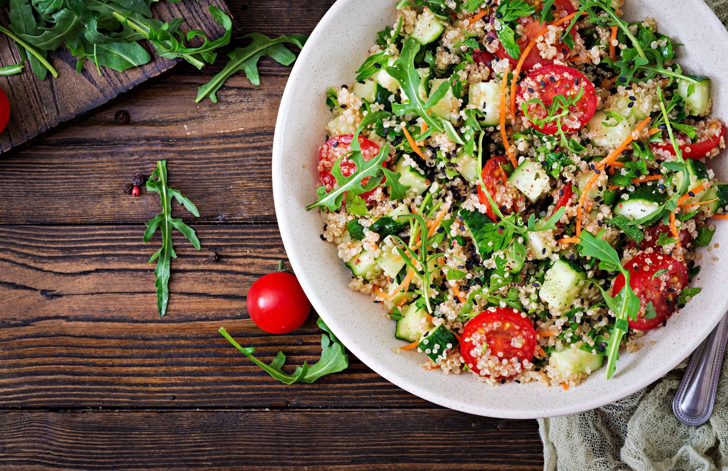 Barevný zeleninový salát s konopným olejem